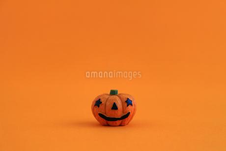 ハロウィンをイメージしたデコレーションの静物の写真素材 [FYI02974537]