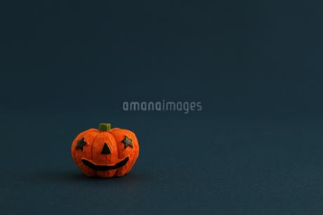 ハロウィンをイメージしたデコレーションの静物の写真素材 [FYI02974541]