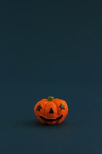 ハロウィンをイメージしたデコレーションの静物の写真素材 [FYI02974543]