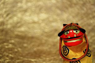 年賀をイメージした獅子舞の置物のスティルライフの写真素材 [FYI02974544]