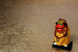 年賀をイメージした獅子舞の置物のスティルライフの写真素材 [FYI02974545]