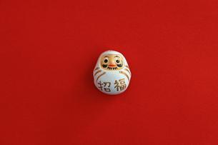 年賀状をイメージしたダルマのスティルライフの写真素材 [FYI02974546]