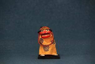 年賀をイメージした獅子舞の置物のスティルライフの写真素材 [FYI02974548]