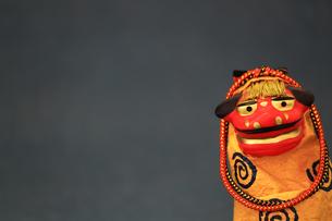 年賀をイメージした獅子舞の置物のスティルライフの写真素材 [FYI02974549]