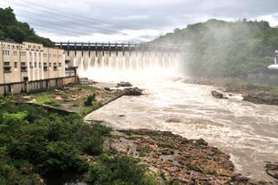 大井ダム 放流の写真素材 [FYI02974550]