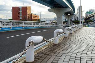 浜崎橋にガードレール代わりに設置されたポラード(係留柱)の写真素材 [FYI02974555]