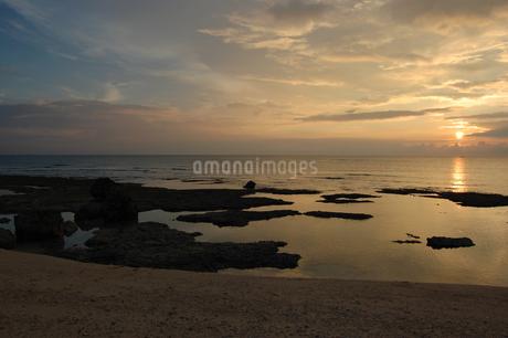夕暮れでオレンジ色の遠浅の海岸の写真素材 [FYI02974576]