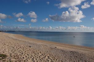 南国沖縄のエメラルドグリーンの海と白い砂浜の写真素材 [FYI02974579]