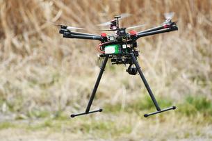 飛行中の産業用ドローンの写真素材 [FYI02974598]