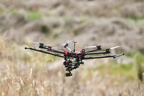 飛行中の産業用ドローンの写真素材 [FYI02974599]