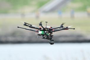 飛行中の産業用ドローンの写真素材 [FYI02974600]