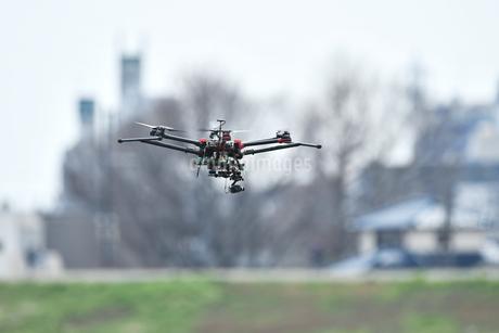 飛行中の産業用ドローンの写真素材 [FYI02974601]