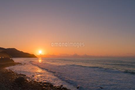 糸島半島の夕陽の写真素材 [FYI02974604]