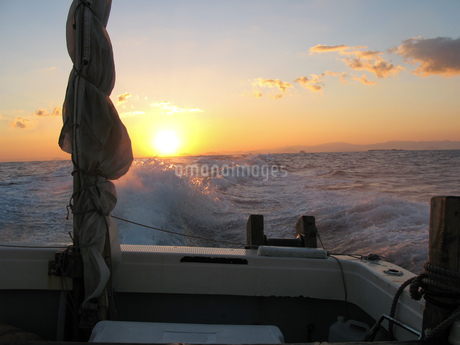 船から眺める日の出の太陽の写真素材 [FYI02974606]