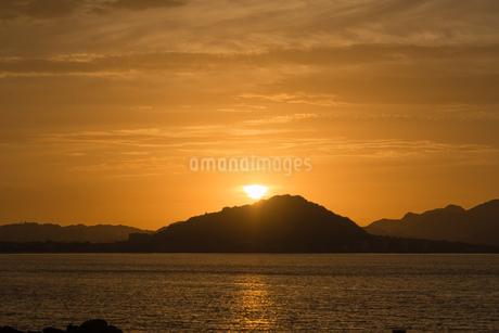 糸島半島に沈む夕陽の写真素材 [FYI02974607]