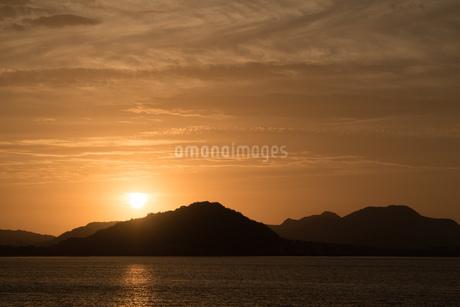 糸島半島に沈む夕陽の写真素材 [FYI02974608]