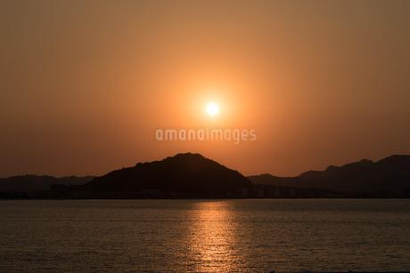 糸島半島に沈む夕陽の写真素材 [FYI02974609]