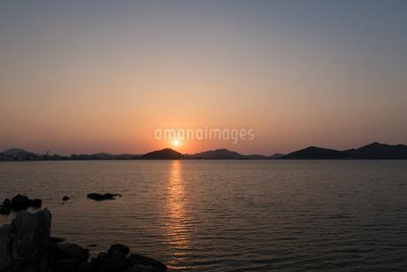 糸島半島に沈む夕陽の写真素材 [FYI02974610]