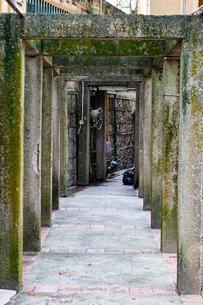 石のトンネルの写真素材 [FYI02974629]