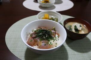 漬け丼と豆腐のみそ汁とカボチャの煮びたしの食卓の写真素材 [FYI02974695]