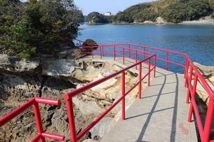 海岸沿いの赤い手すりがある参道の写真素材 [FYI02974697]
