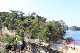 海岸沿いの赤い手すりがある参道の写真素材 [FYI02974698]