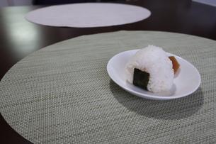 食卓に置かれたおにぎりと漬物の写真素材 [FYI02974704]