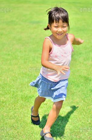 野原で走る女の子の写真素材 [FYI02974875]