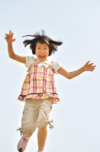 走る女の子の写真素材 [FYI02974878]