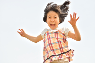 走る女の子の写真素材 [FYI02974879]