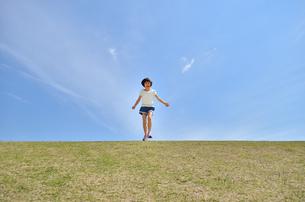 青空で走る女の子の写真素材 [FYI02974884]