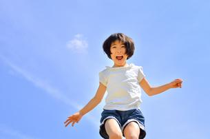 青空で走る女の子の写真素材 [FYI02974887]