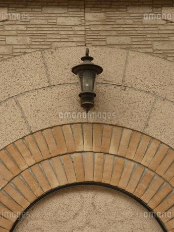 レンガと照明(日中)の写真素材 [FYI02974945]