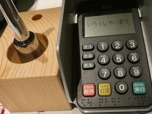 クレジットカード(分割支払い)決済機の写真素材 [FYI02975045]