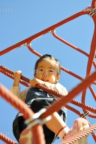 ザイルクライミングを楽しむ女の子の写真素材 [FYI02975158]