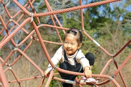 ザイルクライミングを楽しむ女の子の写真素材 [FYI02975161]