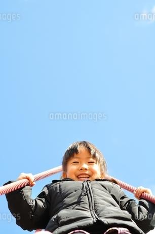 ザイルクライミングを楽しむ女の子の写真素材 [FYI02975162]