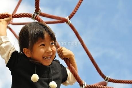 ザイルクライミングを楽しむ女の子の写真素材 [FYI02975164]