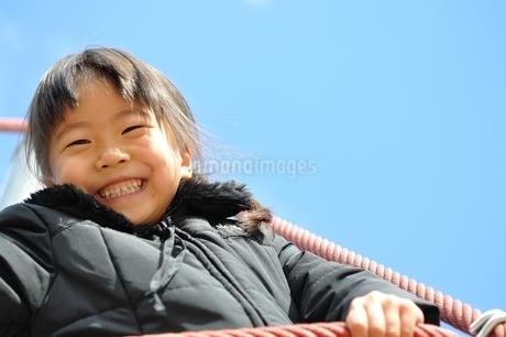 ザイルクライミングを楽しむ女の子の写真素材 [FYI02975167]