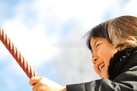 ザイルクライミングを楽しむ女の子の写真素材 [FYI02975168]