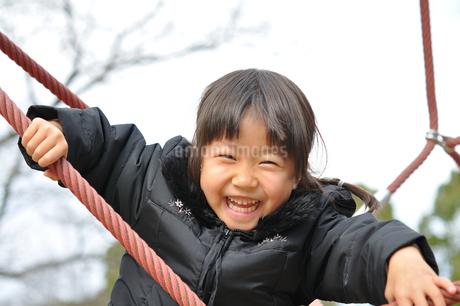 ザイルクライミングを楽しむ女の子の写真素材 [FYI02975170]