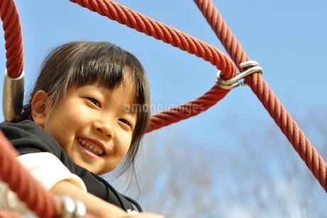 ザイルクライミングを楽しむ女の子の写真素材 [FYI02975173]