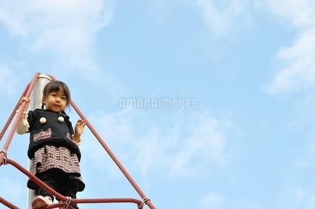 ザイルクライミングを楽しむ女の子の写真素材 [FYI02975175]