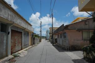 南国沖縄の漁師町の小道の写真素材 [FYI02975186]