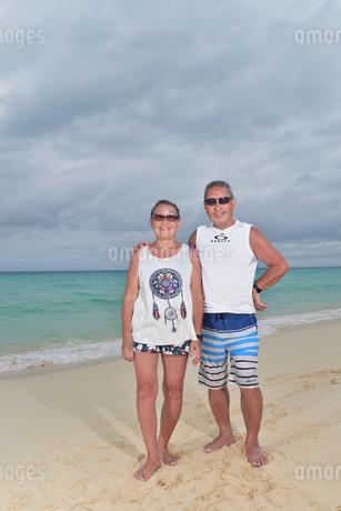 宮古島/前浜ビーチのシニア夫婦の写真素材 [FYI02975191]