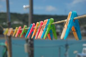 カラフルな洗濯バサミが吊るされているの写真素材 [FYI02975200]