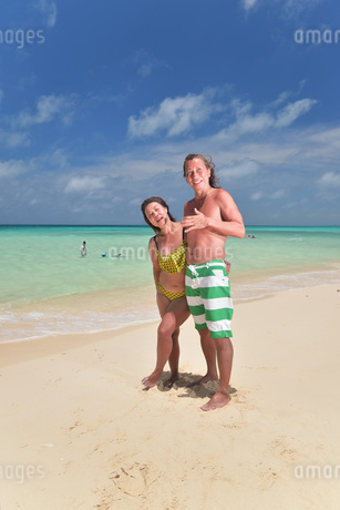 宮古島/前浜ビーチのカップルの写真素材 [FYI02975201]