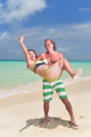 宮古島/前浜ビーチのカップルの写真素材 [FYI02975204]