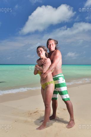 宮古島/前浜ビーチのカップルの写真素材 [FYI02975205]