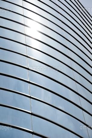 オフィスビルの反射の写真素材 [FYI02975444]